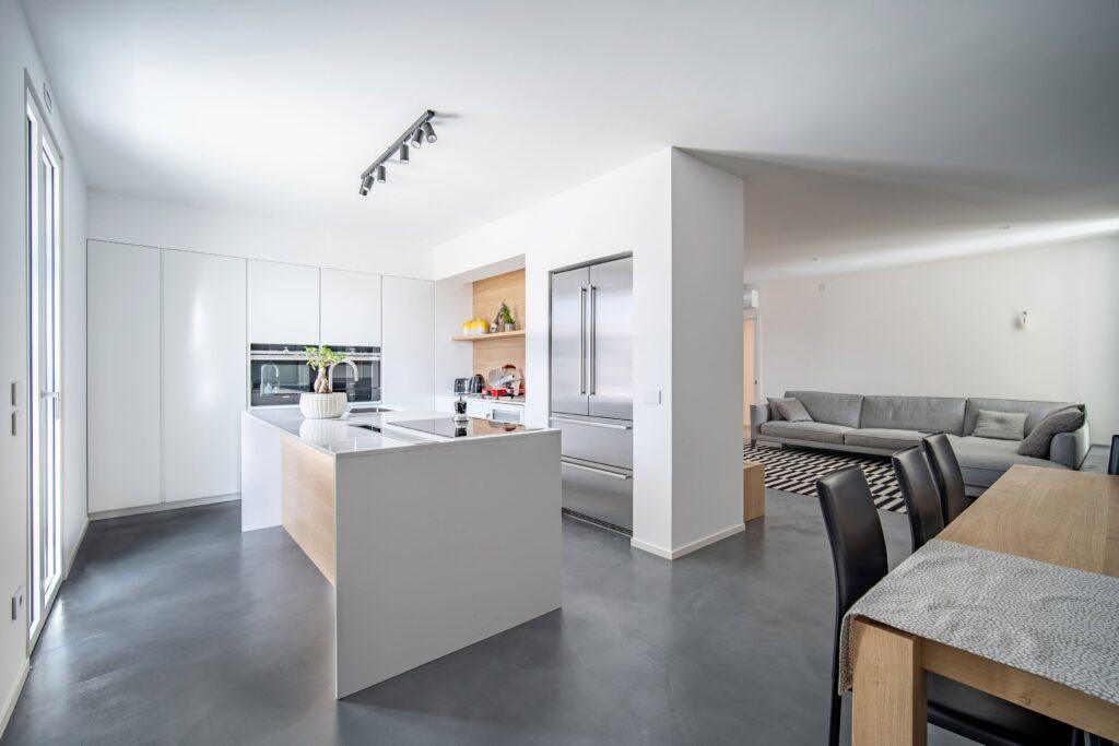 Zona cucina e living con Microverlay di Isoplam